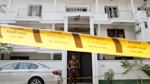 Cảnh sátSri Lanka bên ngoài ngôi nhà của các nghi phạm chủ mưu vụ đánh bom hôm 25/4. Ảnh: Reuters.