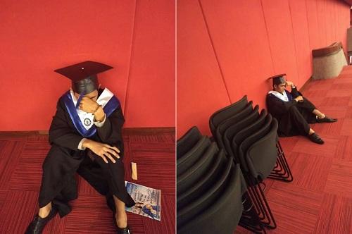 Rivas buồn bã trong lễ tốt nghiệp. Ảnh: Facebook Jeric R. Rivas