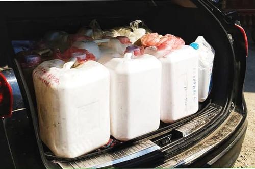 Người dân Sa Pa mangcan nhựa đi lấy nước về tích trữ. Ảnh: Phan Anh
