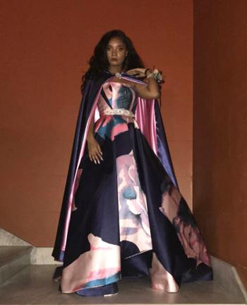 Bellmặc chiếc váy họa tiết màu nước, pha trộn giữa hồng, tím và xanh, bên ngoài khoác áo choàng. Ảnh:Kaylah Bell.