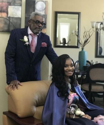 Alvin Hackett (67 tuổi) chụp ảnh cùng cháu gái trước buổi dạ hội tốt nghiệp. Ảnh: Kaylah Bell.