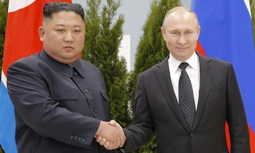 Lãnh đạo Triều Tiên Kim Jong-un và Tổng thống Nga Putin tạiVladivostok ngày 25/4. Ảnh: AFP.