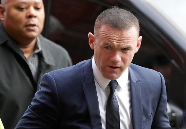 Wayne Rooney trên đường tới tòa án. Ảnh: Londons Evening News.