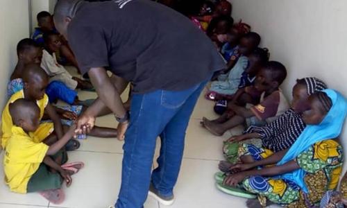 Những trẻ em được giải cứu trong chiến dịch phối hợp giữa Interpol, cảnh sát Nigeria và Benin. Ảnh: CNN.