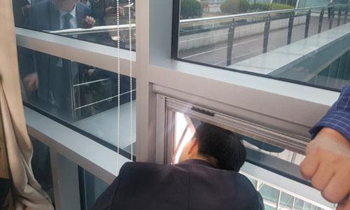 Nghị sĩ Chae Yi-bai thuộc đảng Bareunmirae nói chuyện với các phóng viên hôm 24/4 qua cửa sổ. Ảnh: CNN.