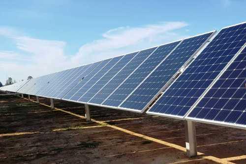 Các tấm pin xoay theo ánh sáng mặt trời chiếu để tận dụng nguồn năng lượng tối đa. Ảnh: Phạm Linh.