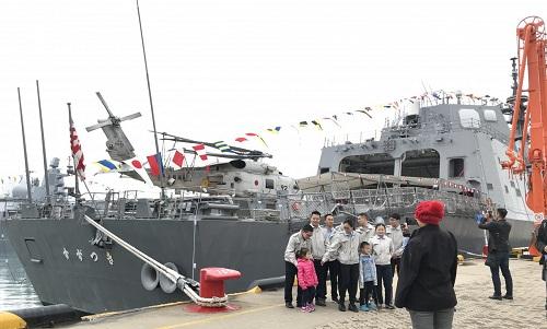 Người dân Trung Quốc chụp ảnh cạnh tàu khu trục  Suzutsuki của Nhật. Ảnh: SCMP.