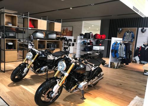 Khu vực trưng bày thiết kế đơn giản nhưng cá tính, làm nổi bật những dòng xe ưa chuộng nhất của BMW Motorrad.