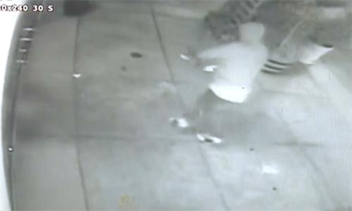 Hình ảnh tên trộm đột nhậptiệm trà Tea Lyfe đêm 21/4. Ảnh: CBS Local Sanfrancisco