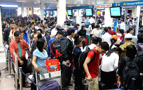 Sân bay Tân Sơn Nhất luôn đông đúc vào dịp cao điểm. Ảnh: Hữu Công.