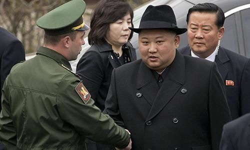 Lãnh đạo Triều Tiên Kim Jong-un bắt tay một sĩ quan Nga tại lễ đặt vòng hoa ở Vladivostok ngày 26/4. Ảnh: AP