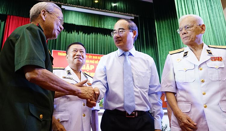 Bí thư Thành ủy TP HCM Nguyễn Thiện Nhân trao đổi với các tướng quân đội về hưu. Ảnh: Trung Sơn.