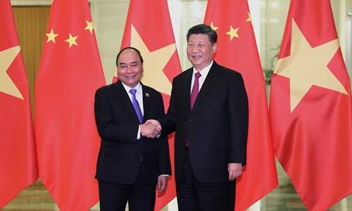 Thủ tướng Nguyễn Xuân Phúc (trái) hội kiến Chủ tịch Trung Quốc Tập Cận Bình tại Bắc Kinh hôm nay. Ảnh: AFP.