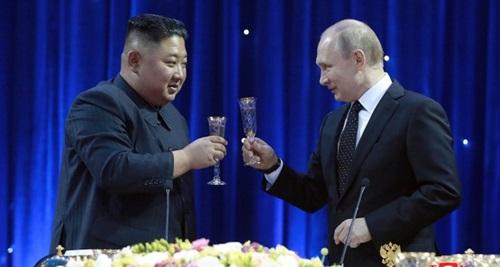 Tổng thống Nga Putin (phải) và lãnh đạo Triều Tiên Kim Jong-un tại hội nghị thượng đỉnh ở Vladivostok hôm 25/4. Ảnh: Reuters.