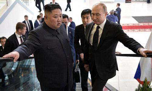 Kim Jong Un (trái) vàVladimir Putin tại hội nghị thượng đỉnh Nga - Triều lần thứ nhất hôm 25/4 ởVladivostok.Ảnh: Kremlin.