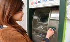 Ngân hàng Äã giữ ít nhất 50.000 Äá»ng má»i thẻ, sao còn tÄng phí ATM?