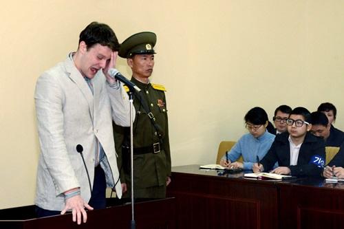 Otto Warmbier (ngoài cùng bên trái) khóc trong phiên tòa xét xử ở Triều Tiên tháng 3/2016. Ảnh: Reuters.