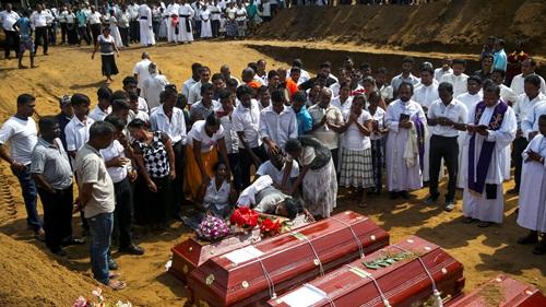 Lễ tang tập thể hôm 23/4 cho các nạn nhân trong vụ đánh bom liên hoàn ở Sri Lanka. Ảnh: Reuters.