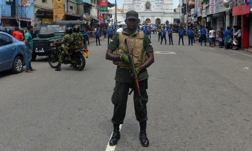 Binh sĩ Sri Lanka canh gác tại một nhà thờ sau cuộc tấn công hôm 21/4. Ảnh: AFP.