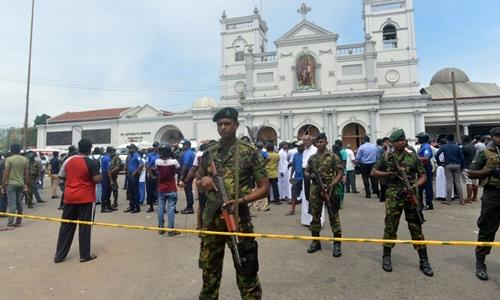 Nhân viên an ninh Sri Lanka đứng gác ngoài nhà thờ St Anthony, thủ đô Colombo, sau vụ đánh bom hôm 21/4. Ảnh: AFP.