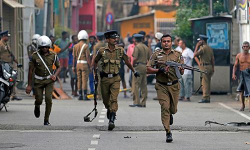 Cảnh sát Sri Lanka tại khu vực gần hiện trường vụ tấn công ngày 21/4. Ảnh: Reuters.
