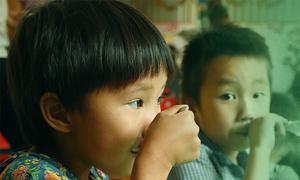 Bữa cơm 'tám nghìn rưỡi' níu chân trẻ em miền núi tới trường