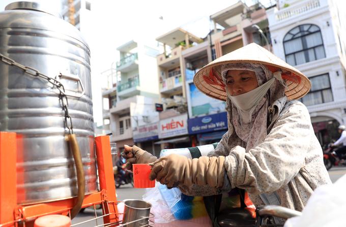 Những bình trà đá miễn phí trong nắng nóng ở Sài Gòn