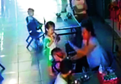 Nữ bảo mẫu dùng tay đánh nhiều cái vào đầu bé 3 tuổi. Ảnh: Cắt từ video