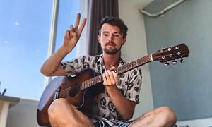 Chàng trai người Anh tự dịch và hát nhạc Việt