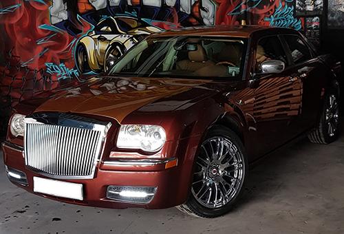 Bản độ Chrysler 300C phong cách Rolls-Royce.