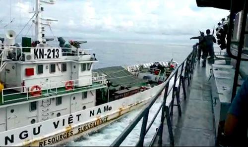 Tàu kiểm ngư Việt Nam và tàu cá mang số hiệu 381 của Indonesia hôm 27/4. Ảnh: AFP.