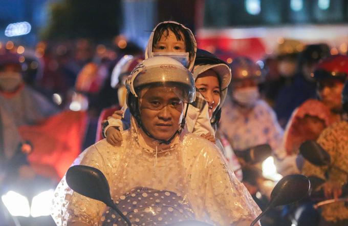 Người dân vạ vật trên đường trở lại Sài Gòn trong đêm
