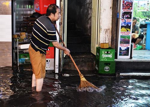 Mưa giông ngày 29/4 khiến khu vực phố cổ Hà Nội bị ngập. Ảnh: Giang Huy