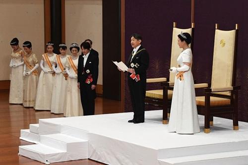 Nhật hoàng Naruhito phát biểu trước người dân cả nước sau khi lên ngôi. Ảnh: AFP.