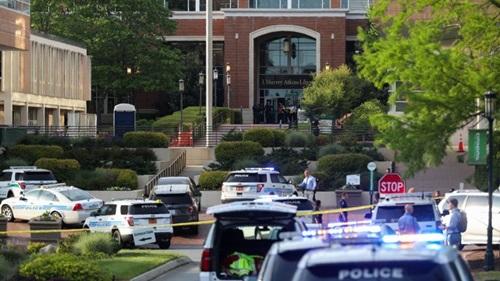 Cảnh sát phong tỏa tại Đại học Bắc Carolina sau vụ nổ súng hôm 30/4. Ảnh: NBC.