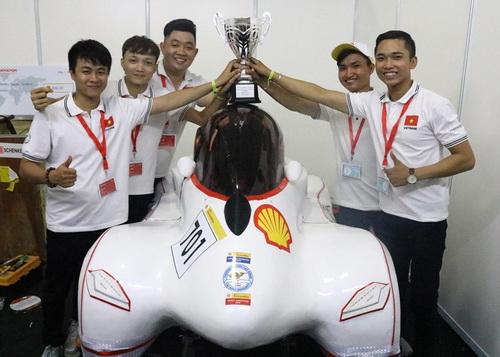 Đội thi các bạn sinh viên ĐH Lạc Hồng lần thứ 5 đem về chức vô địch cho Việt Nam. Ảnh: Thái Hà