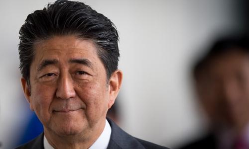 Thủ tướng Shinzo Abe trong một cuộc họp tại Slovakia hôm 25/4. Ảnh: AFP.