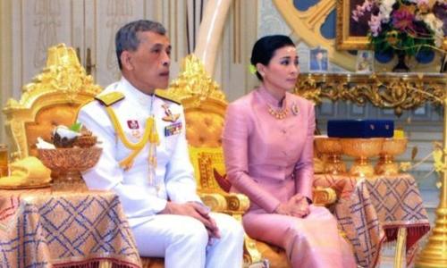 Quốc vương Maha Vajiralongkorn và Hoàng hậu Suthida trong buổi lễ ngày 1/5. Ảnh: AP.