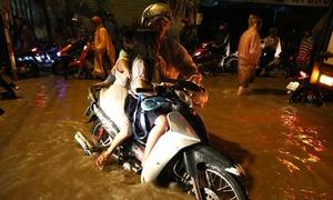 Biên Hòa ngập sau mưa, người dân dắt xe về nhà trong đêm