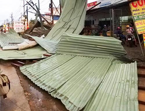 Mái tôn của 20 phòng trọ bị lốc xoáy cuốn đi hàng chục mét. Ảnh: An Nam
