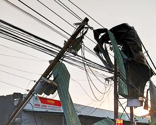Cột điện bị gãy đổ do lốc xoáy. Ảnh: An Nam