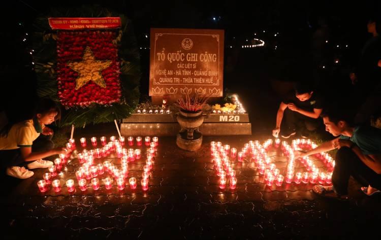 Giới trẻ TP HCM thắp nến tri ân các liệt sĩ. Ảnh: Quỳnh Trần.