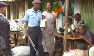 Cảnh sát mang vũ khí truy tìm người dùng túi nilon tại Kenya