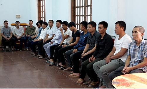 Nhóm 18 người liên quan đến vụ phá rừng Phong Nha. Ảnh: Việt Hùng
