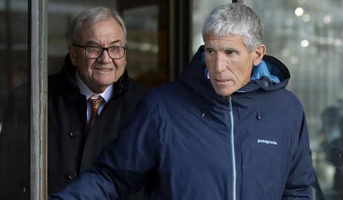 William Rick Singer (phải) xuất hiện tại tòa án Boston, bang Massachusetts, Mỹ hôm 12/3. Ảnh: AP.