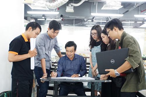 Đào Văn Huỳnh (thứ 2 từ trái sang) cùng các bạn trên lớp