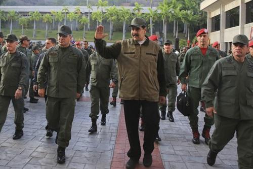 Tổng thống Venezuela Maduro vàBộ trưởng Quốc phòng Vladimir Padrino (trái) tại căn cứ quân sự Fuerte Tiunaở Caracas hôm nay. Ảnh: AFP.