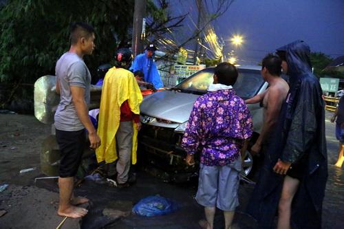 Ôtô hư hỏng nặng do nước cuốn trôi đập vào lan can cầu. Ảnh: Phước Tuấn