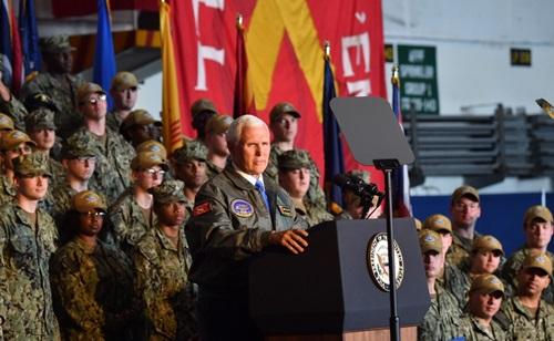 Phó tổng thống Mỹ Mike Pence phát biểu trước các thủy thủ trên tàu sân bay USS Harry S. Truman hôm 30/4. Ảnh: Navy Times.