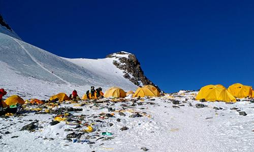 Rác thải nằm ngổn ngang trên đỉnh núi cao nhất thế giới. Ảnh: AFP.